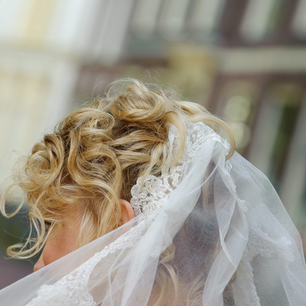 nochalant opgestoken bruidskapsel
