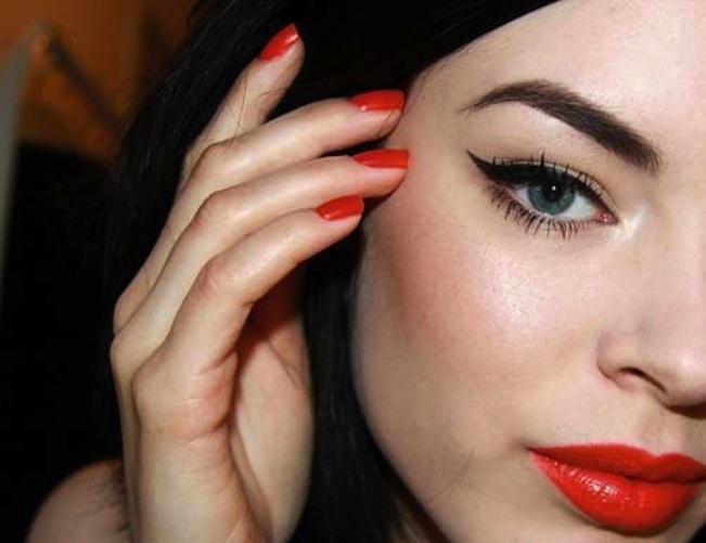red-lip-black-winged-eyeliner
