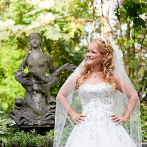 half-opgestoken-bruidskapsel-met-tiara-en-sluier