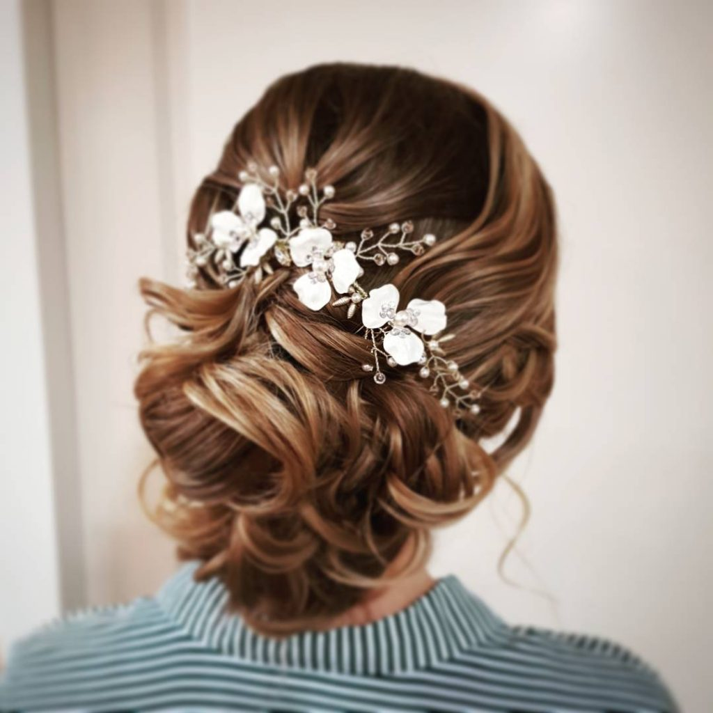 laag opgestoken bruidskapsel met krullen