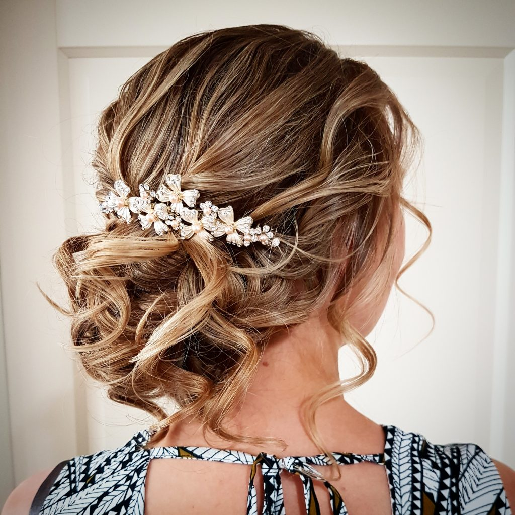 laagopgestoken bruidskapsel met krullen