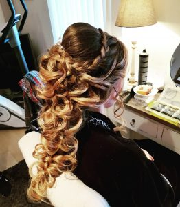 lang haar met krullen bruid