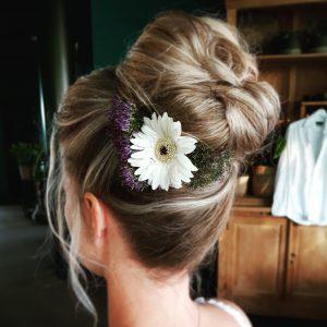 high bun, hoge knot met bloemen