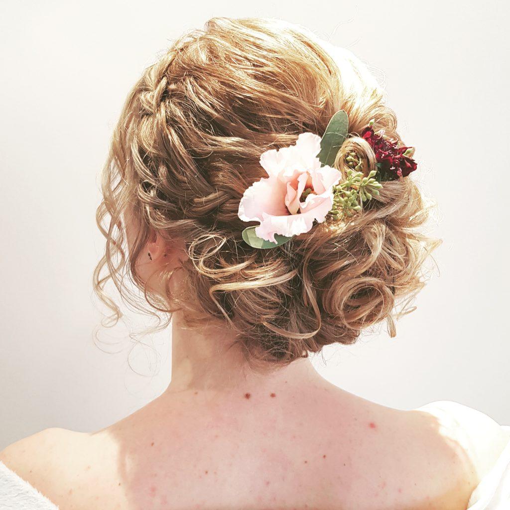 bloemen in bruidskapsel, trouwkapsel met bloemen