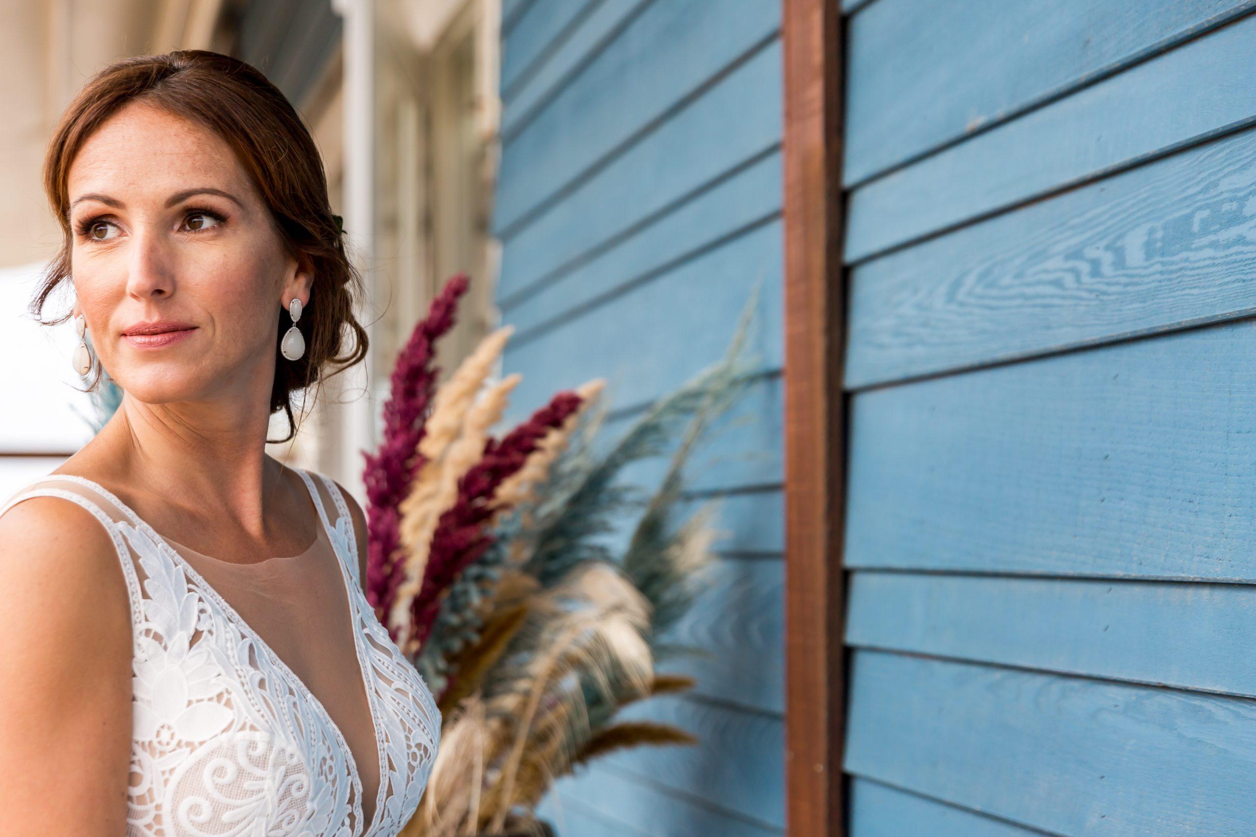 bruidsmake-up en bruidskapsel aan huis